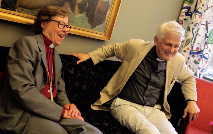 Hur ska kyrkorna i Stockholm locka fler besökare? Det är en av frågorna som biskop Eva Brunne och domprost Hans Ulfvebrand ska ge svar på när de bollar idéer och spelar pingis i S:t Görans ungdomslokal.