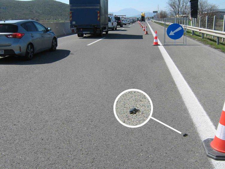 Το κομμάτι από το πίσω δεξιά ελαστικό που βρέθηκε σε απόσταση περίπου 150 μέτρων από το δυστύχημα.